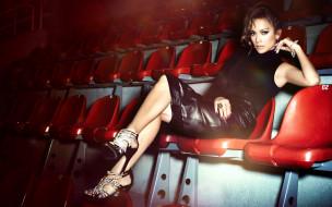 Дженнифер Лопез, JLo, актриса, певица, кресла, зал, босоножки, браслет, кольцо, украшения