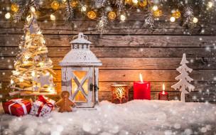 стена, снег, фигурки, ёлка, свечи, фонарь, пряник, подарки, коробки