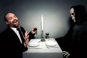 мужчина, смерть, смех, свеча, вино