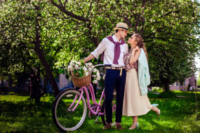 разное, мужчина женщина, цветы, весна, сад, корзинка, влюбленные, цветущее, дерево, велосипед