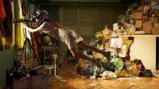 мусор, шлем, девушка, подзорная труба, окно