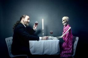 юмор и приколы, скелет, мужчина, вино, бокалы, свеча