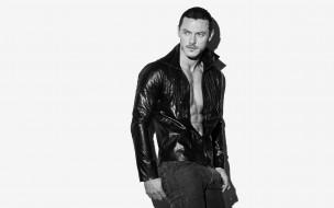 джинсы, куртка, черно-белая, Luke Evans