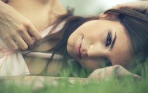 шатенка, взгляд, улыбка, рука, трава