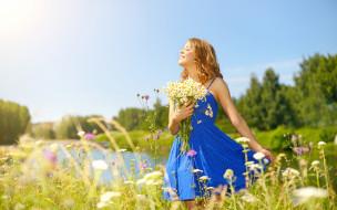 солнце, природа, прическа, глаза, деревья, цветы, букет, лето, небо, девушка, ромашки, платье, речка, стоит