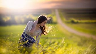 цветы, юбка, ветер, шатенка, кофта, дорога, трава, луга