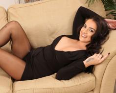 улыбка, короткое платье, натуральная грудь, роскошная грудь, комната, декольте, великолепная фигура, диван, красивая женщина, тёмная шатенка, взгляд