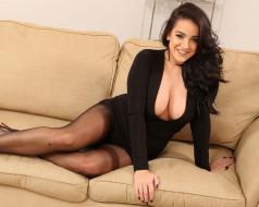 натуральная грудь, великолепная фигура, комната, диван, роскошная грудь, тёмная шатенка, улыбка, взгляд, короткое платье, декольте, красивая женщина