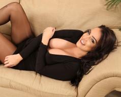 красивая женщина, тёмная шатенка, взгляд, улыбка, короткое платье, декольте, великолепная фигура, роскошная грудь, натуральная грудь, комната, диван