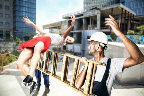 стремянка, строитель, девушка, прыжок