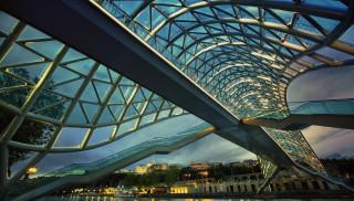 мост мира,  река кура,  тбилиси, города, тбилиси , грузия, город, мост, катер, река, берег