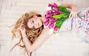 поза, тюльпаны, прическа, красотка, паркет, макияж, платье, блондинка, на полу, букет, лежит, цветы