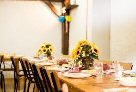 стол, посуда, цветы, банкет