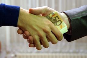 мужские, руки, банкноты, купюры, евро, взятка