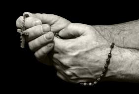 крестик, мужские, руки, чётки