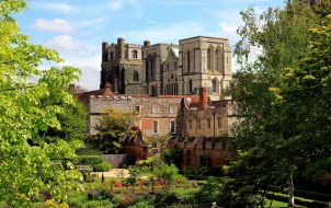 англия, города, - дворцы,  замки,  крепости, облака, деревья
