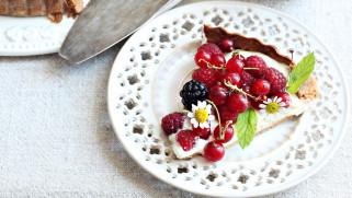 малина, ягоды, ромашки, выпечка, смородина, пирог