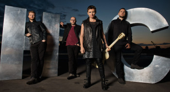 певица, гитара, женщина, мужчина, очки, группа