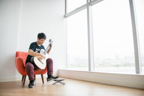 гитара, окно, кресло, парень