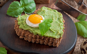 еда, Яичные блюда, сердце, из, хлеба, с, зеленым, соусом, и, глазуньей