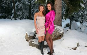 девушки, sarah macdonald , sarah james, сара, макдональд, снег, лес, подруга, сапоги, зима, платье, колготки, туфли, халат, камни