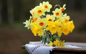 нарциссы, ваза, цветы, столик, салфетка