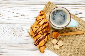 круассан, сахар, кофе