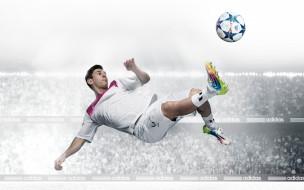 Известный футболист Лионель Месси бьет по мячу
