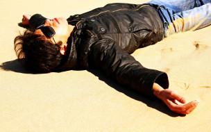 песок, куртка, джинсы, очки, поза