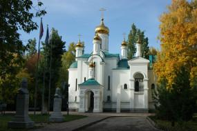 тольятти,  храм во имя всех святых в земле русской просиявших, города, - православные церкви,  монастыри, храм, деревья, небо, трава, флаги, памятники, осень