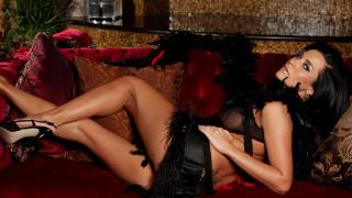 формы, юбка, бахрома, ножки, туфли, поза, лежит, диван, перья, подушки, взгляд, фон, Laura Lee, брюнетка, модель