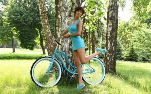 травка, зелень, лето, Девушка, велосипед, брюнетка, берёза, дерево, модель, платье, поза, фотомодель, бирюза