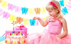 праздничные, день рождения, маленькая, девочка, в, розовом, платье, с, тортом, и, подарками, на, день, рождения