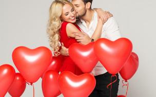 влюбленная пара с воздушными шариками в форме сердца