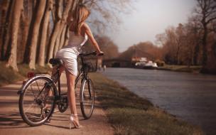 парк, фигура, деревья, туфли, солнце, в белом, девушка, сексуальная, велосипед, поза, речка, прическа, боке, ножки, русые волосы