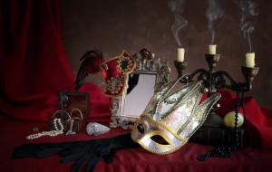 маски, зеркало, свечи, ожерелье