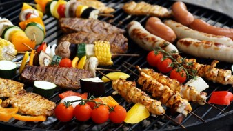 колбаски, шашлык, гриль, овощи, помидоры