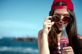 бутылка, очки, бейсболка, девушка