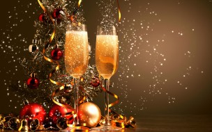 Два фужера с шампанским на фоне праздничной елки