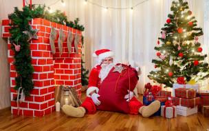 праздничные, дед мороз,  санта клаус, гирлянды, мешок, камин, керосинка, шапка, лампа, очки, сидит, дрова, перчатки, украшения, коробки, рождество, лампочки, новый, год, носки, шуба, красная, дед, мороз
