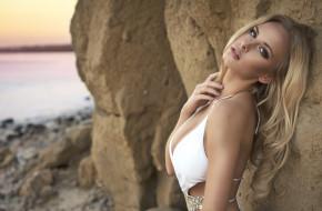 модель, блондинка, вид, пляж, камни, поза, макияж, купальник, белый, Девушка
