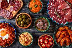 оливки, селедка, соус, глазунья, колбаса