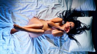 эротика, брюнетки,  шатенки, кровать, подушки