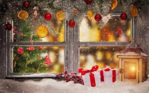 украшения, снег, окно, ёлка, ягоды, подарки, фонарь