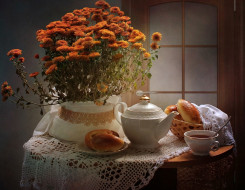 натюрморт, выпечка, булочки, оранжевые, скатерть, заварник, ложка, пирожки, фон, дверь, чай, цветы, стол, хризантемы, чашка