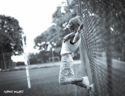 джинсы, блондинка, сетка, забор, майка, шапка, часы