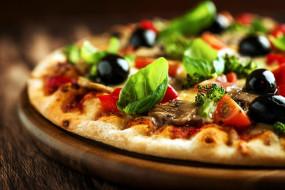 брокколи, пицца, маслины