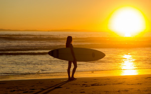 лето, море, девушка, доска серфингиста, рассвет