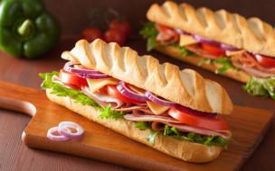 листьями салата, помидорами и луком, сэндвич с ветчиной