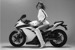 gigi hadid kawasaki ninja, мотоциклы, мото с девушкой, kawasaki, ninja, gigi, hadid, модель, джиджи, хадид, monochrome, кавасаки